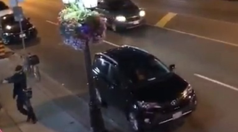 Снимка од нападот во кој беше убиено едно лице и ранети 14- напаѓачот се самоуби (ВИДЕО)