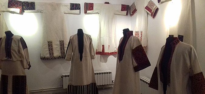 Во Битола отворена изложба на кошули и горни традиционални облеки