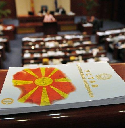 Уставните измени поминаа во Собранието, Договорот на гласање оди во Грција