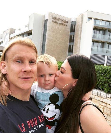Скандалозниот репрезентативец на Хрватска на својата сопруга и купи златна маска за телефон- од нејзината цена ќе подзинете (ФОТО)