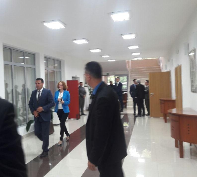 Шекеринска и Заев целосно неподготвени и збунети на лидерската средба, немаат одговор на ниту едно прашање