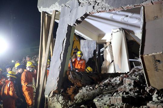 Тројца загинати при уривање на шесткатница во изградба во Њу Делхи