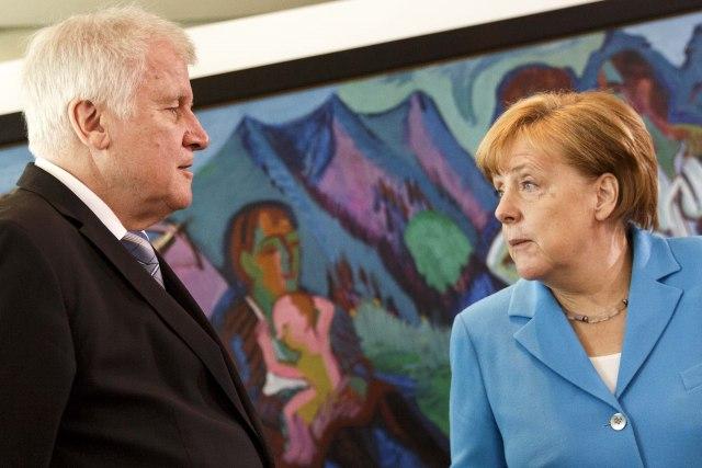 Зехофер го претстави новиот план за мигранти- Германија ќе врати голем број мигранти во Грција и Италија
