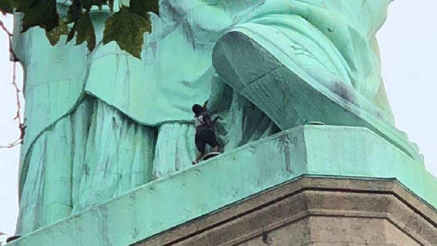 ФОТО: Уапсена демонстранката која се качи на Статуата на слободата