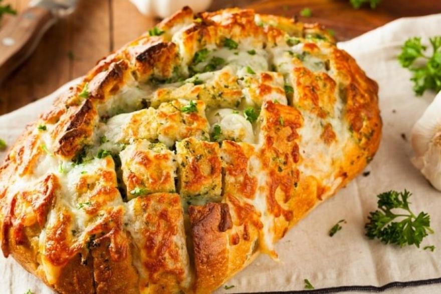 Одличен доручек: Запечен леб со сирење и лук