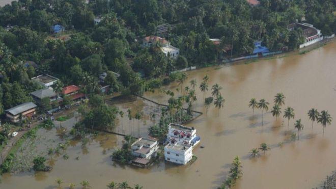 ВИДЕО: Најмалку 160 загинати во поплавите во Индија