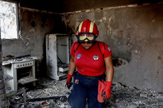 Се рушат изгорените куќи од пожарот во Атика