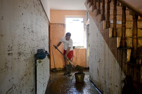 Една жртва и многу поплавени куќи по дождовите во североисточна Романија