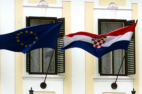 Хрватска новинарка истури фекалии пред Владата во Загреб
