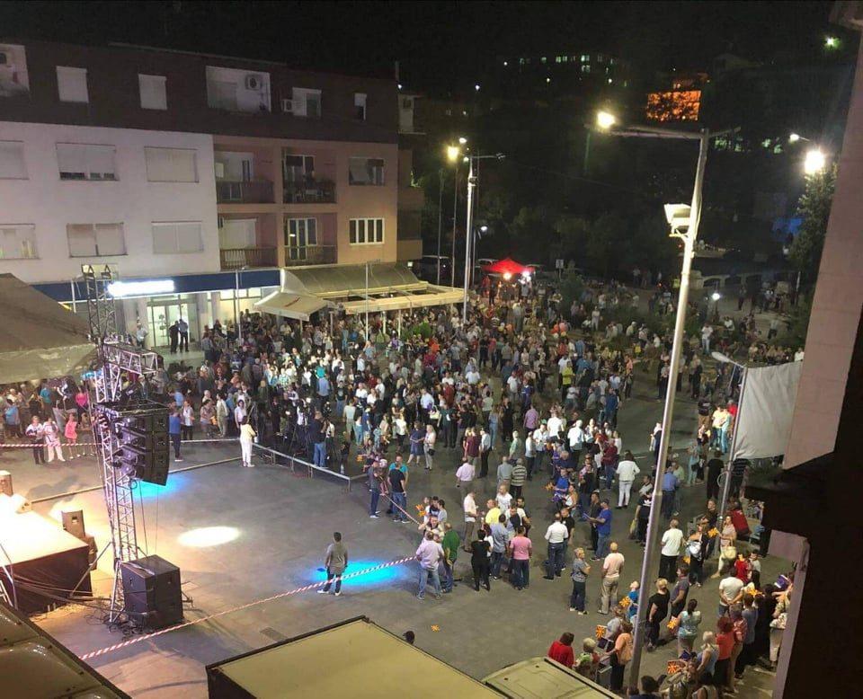 """ФОТО: Заев со преполни автобуси од Струмица, Пробиштип и Македонски Брод се обиде да ги убеди Штипјани да гласаат """"ЗА"""" на референдумот"""