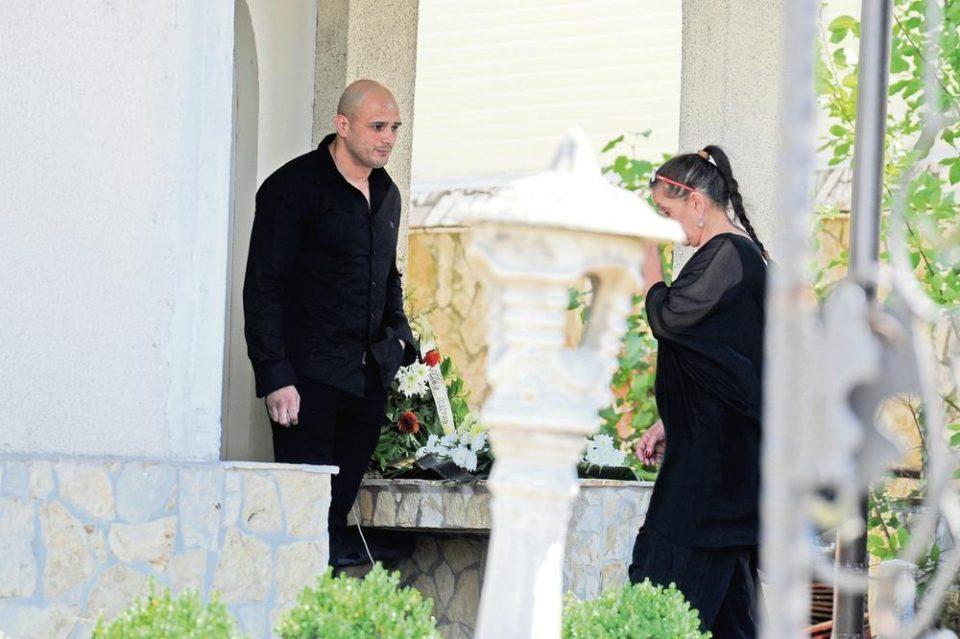 Сопругата на Синан Сакиќ преживува пекол- Кога ќе видите што и направи синот на пејачот на неговата маќеа ќе се згрозите (ФОТО)