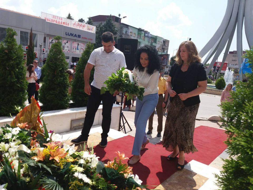 """Делегација од ВМРО-ДПМНЕ положи свежо цвеќе пред споменикот """"Прилепски Бранители"""""""
