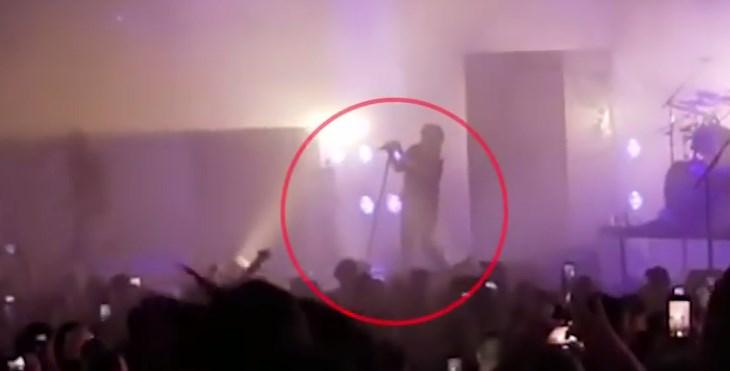 Славниот музичар колабираше за време на концерт- се струполи на сцена (ВИДЕО)