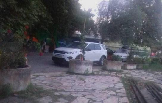 ФОТО: Ќерка на висок полициски функционер на одмор со луксузен џип на МВР