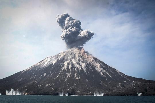 Еруптира вулканот од кој се плаши цел свет: Неговата ерупција има убиено 36.000 луѓе!