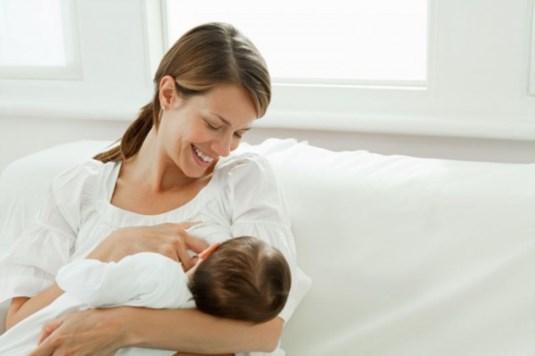 Доење во време на коронавирус: Дали мајката може да го зарази бебето преку мајчиното млеко?