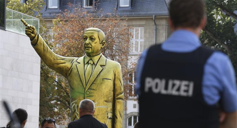 Златната статуа на Ердоган веднаш стана мета за вандализам, погледнете што се случи (ВИДЕО)