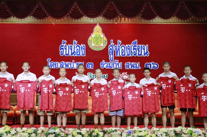 Беа 17 дена заробени во пештера: Децата херои од Тајланд се вратија во училиште, еве што се случи со нивниот тренер (ФОТО)