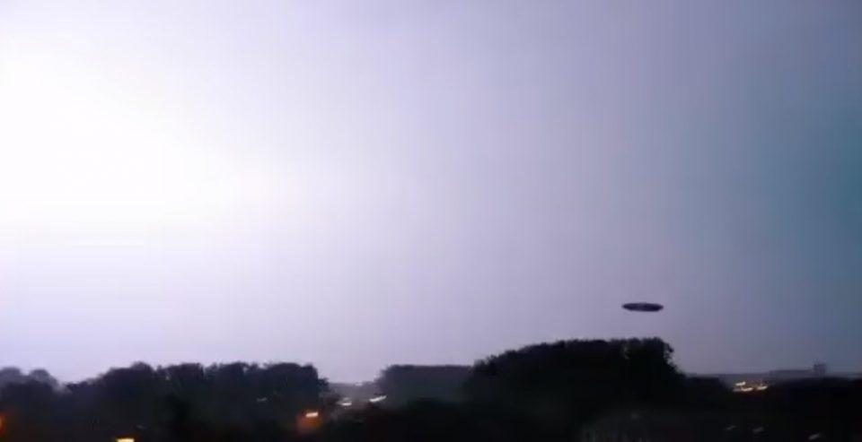 ШОКАНТНО ВИДЕО: Над Калифорнија снимено НЛО осветлено од грмотевица