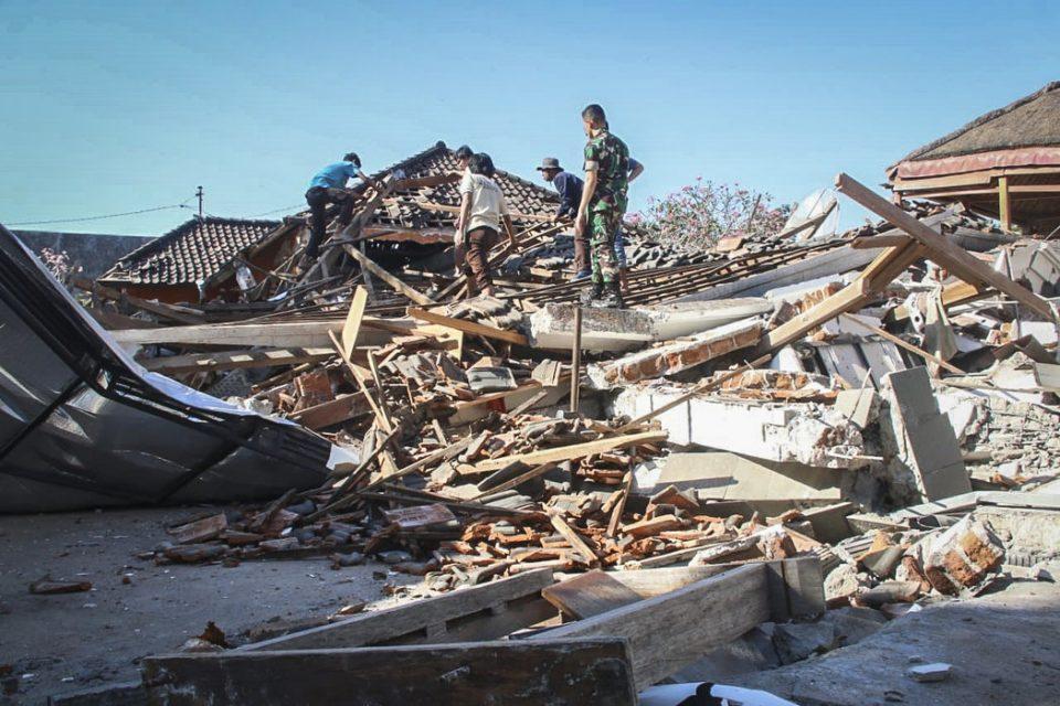 Расте црниот биланс: 321 лице загина во земјотресот во Индонезија
