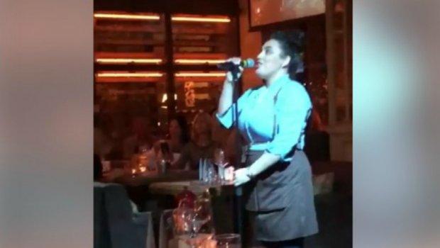 Ќе останете без зборови: Работеше како келнерка, а кога го зема микрофонот сите се воодушевија (ВИДЕО)