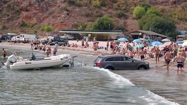 """Сакал со автомобилот да го истовари чамец во вода во Грција: Поради оваа """"ситна"""" грешка му смееше цела плажа (ФОТО)"""