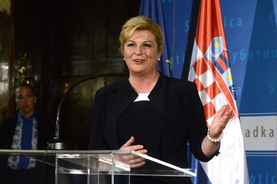 Колинда е ѕвезда во Индија: Тие се убедени дека хрватската претседателка нема пари, па затоа сама кречи дома (ФОТО)