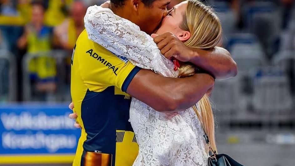 """Познатиот ракометар доби """"ДА"""": Соиграчот на Талески и Абутовиќ ја запроси девојката на натпревар (ВИДЕО)"""