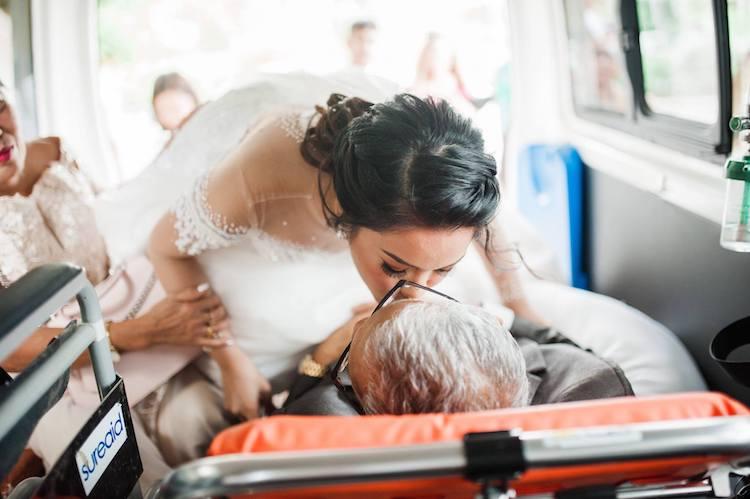 Трогателна приказна: Нејзиниот татко се бори за живот, а сепак успеа да ја испрати пред олтарот (ГАЛЕРИЈА)