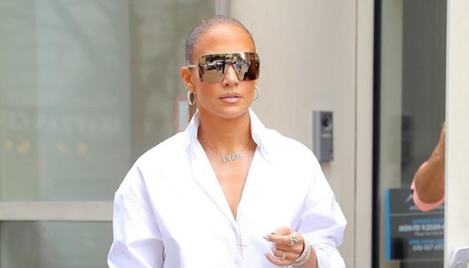 Џенифер прошета само во кошула и чизми, дали би се осудиле да го облечете ова? (ФОТО)