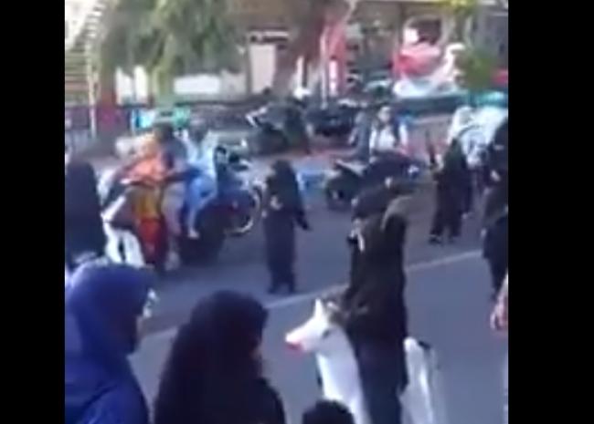 Ужас кој го вознемири светот: Деца од градинка парадираат облечени како терористи (ВИДЕО)