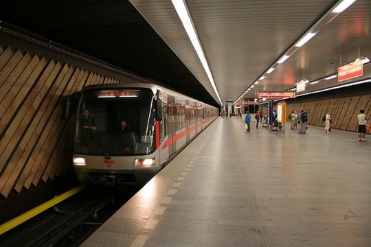 Две жени неовластено возеа метро во Прага