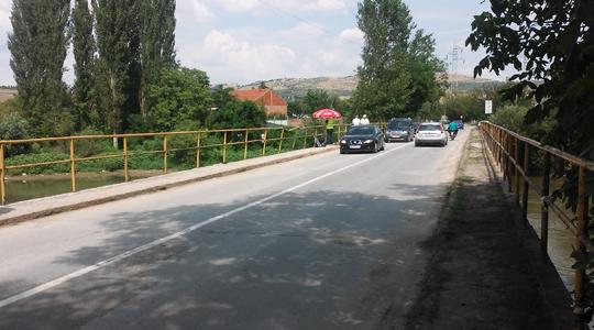 Мостот на Вардар на влезот во Велес во лоша безбедносна состојба