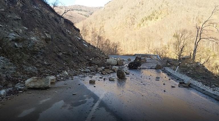 Одрон од карпи го отежна сообраќајот на овој патен правец – возете внимателно!