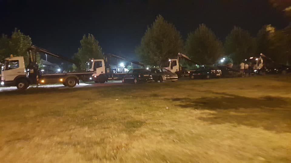 Во Ново Лисиче гневни: Пајаците на Град Скопје креваа возила на паркинг, без ниту еден знак за забрането паркирање (ФОТО)