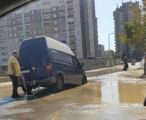 ФОТО: Полициско комбе пропадна во дупка во Аеродром
