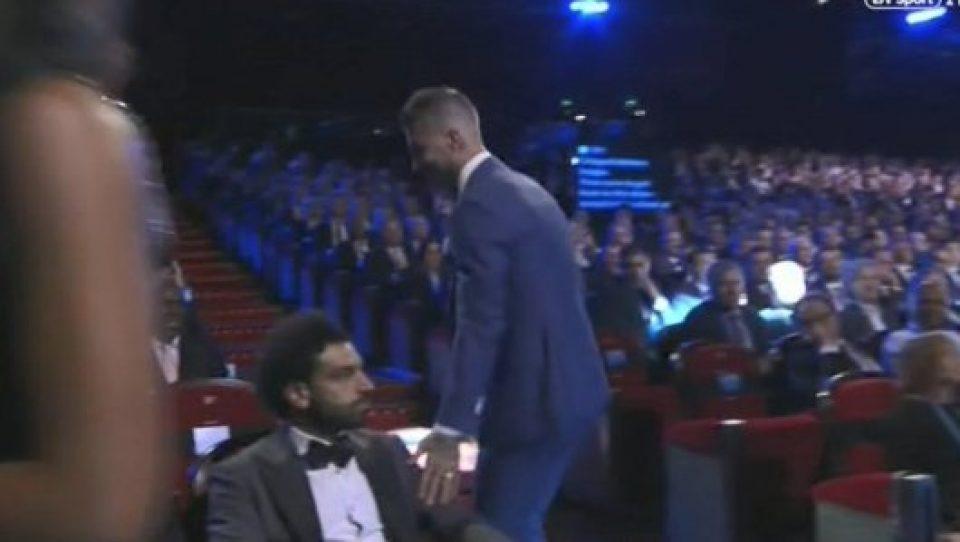 Рамос го потапка Салах по повреденото рамо, реакцијата на фудбалерот е далеку од очекувана (ВИДЕО)