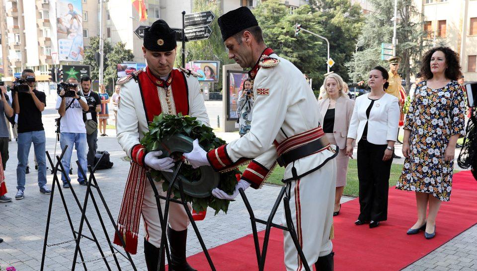 Талат Џафери одби да се поклони пред спомениците на АСНОМ и Карев (ФОТО)