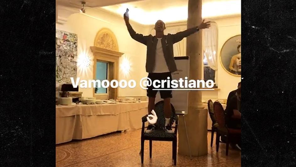 Ниту Роналдо не беше поштеден: Новата ѕвезда на Јувентус мораше да пее пред соиграчите качен на стол (УРНЕБЕСНО ВИДЕО)