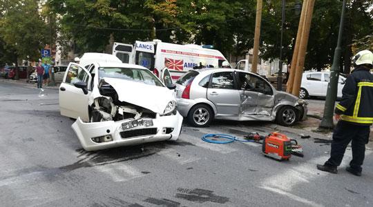 Тешка сообраќајка во Дебар маало, има повредени (ФОТО ГАЛЕРИЈА)