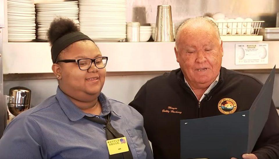 Старец ја замолил келнерката да му ја исече храната: Не ни претпоставувала дека потоа ќе се случи нешто кое ќе и го промени животот (ВИДЕО)