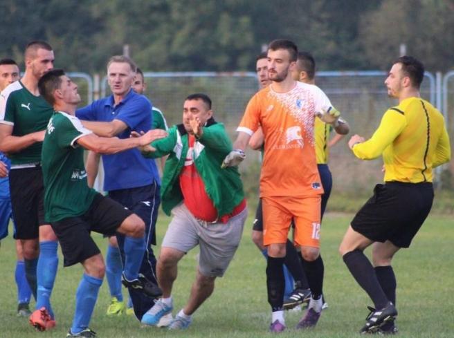 Едвај спаси жива глава: Фудбалери нападнаа судија во БиХ (ФОТО)