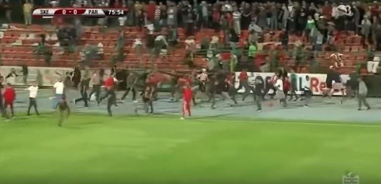 ВИДЕО: Летаа столчиња на сите страни, крвава тепачка меѓу навивачи на фудбалски натпревар