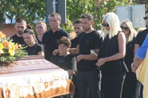 Емотивни фотографии: Карлеуша не се одвојуваше од Душко на погребот на татко му (ФОТО)