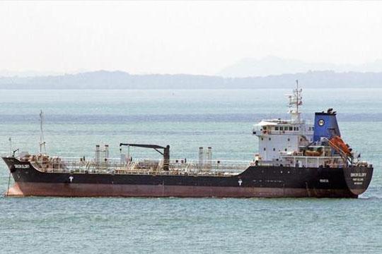 Грчки танкер со илјада тони мазут утрово се насука кај островот Милош