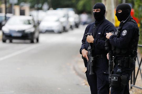 Напад со нож во Париз, повредени 7 лица