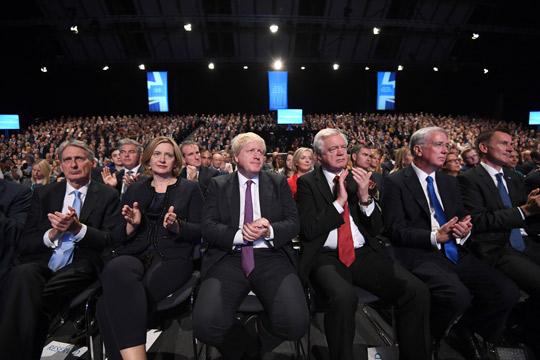 Конзервативни пратеници разговараа за смена на Меј