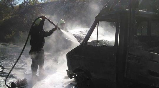 ФОТО: Целосно изгоре товарното возило на патот кај Дебриште, Росоманско, повредени нема