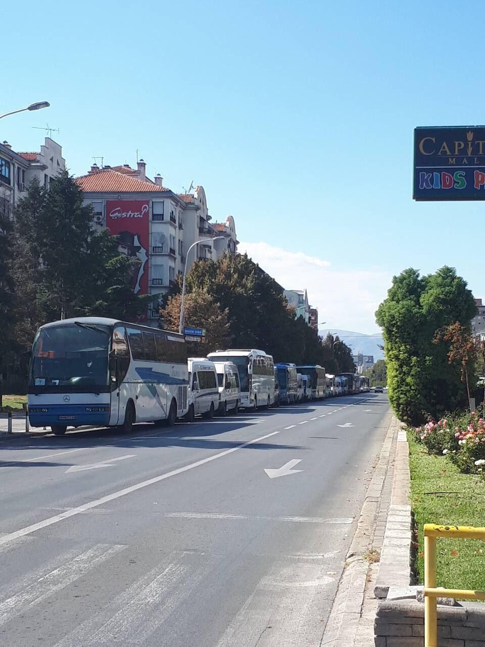 """Редица автобуси  на """"Партизанска"""": СДСМ донесе луѓе од сите градови за да не доживее уште еден дебакл (ФОТО+ВИДЕО)"""