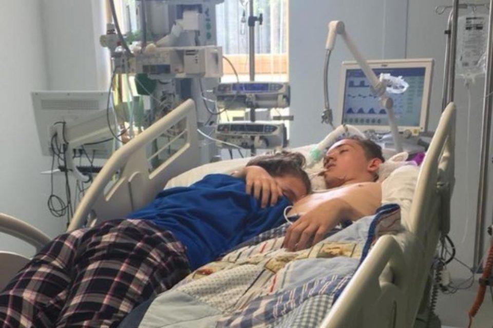 Оваа фотографија ќе ви го распарчи срцето на делови: Девојка за последен пат го прегрнува своето момче (ФОТО)